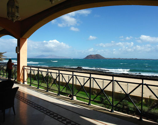 Corralejo, Blick von der Terrasse des Hotels Atlantis Bahía Real nach NE zur Insel Lobos und nach Lanzarote