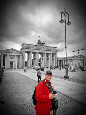 Der rote Mann am Brandenburger Tor (Foto: Bernd.Th)