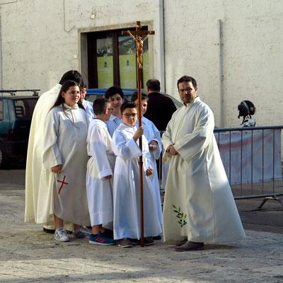 Warten auf den Beginn der Prozession