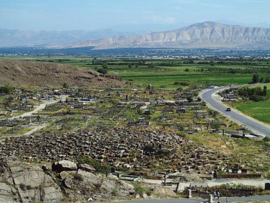 Blick von der Klosteranlage auf den Friedhof und die fruchtbare Landschaft südlich von Erewan