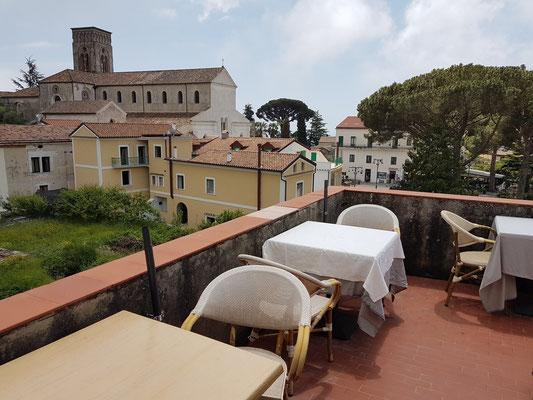 Ravello. B&B Palazzo Della Marra, kleine Dachterrasse mit Blick zum Duomo di Ravello