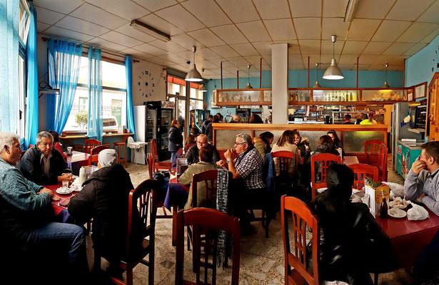 In der Bar Zabagú am 31.1.2019 um 11:30 Uhr, Treffpunkt der Einheimischen. Im Vergleich zu meinem ersten Besuch im Sommer 1977 gibt es  jetzt hier auch Frauen als Gäste...und jede Menge Smartphones.