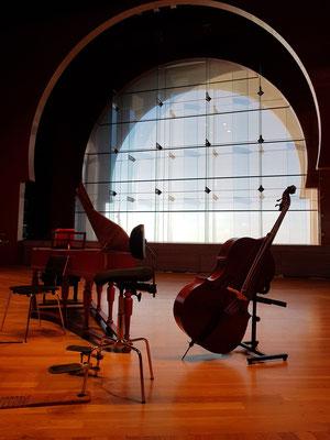 Kontrabass und Spinett auf der Bühne, großes Fenster zum Atlantischen Ozean