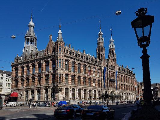 """Shopping Mall Magna Plaza (früher Hauptpostamt), erbaut 1895–1899 im Stil Neo-Gothic und Neo-Renaissance. Rijksmonument seit 1974, gehört zu den """"Top 100 Dutch heritage sites""""."""