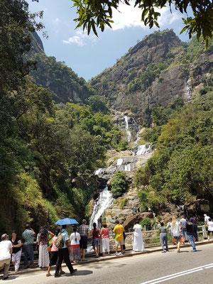 Blick von der Straße Ella-Wellawaya auf die Ravana Falls