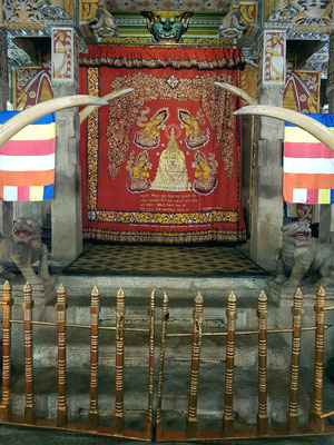 Der goldene Schrein, hinter dem sich der Zahn Buddhas befindet.