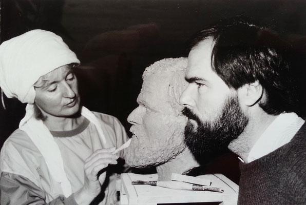 Almut modelliert Dr. Klaus Gallas, Tonmodell für einen Bronzeguss, 1986
