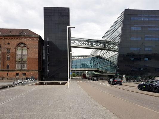 """Königliche Bibliothek """"Den Sorte Diamant"""", vom Westen, vom Søren Kirkegårds Plads aus gesehen"""