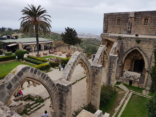 Klosterruine Bellapais, Blick hinab nach Kyrenia
