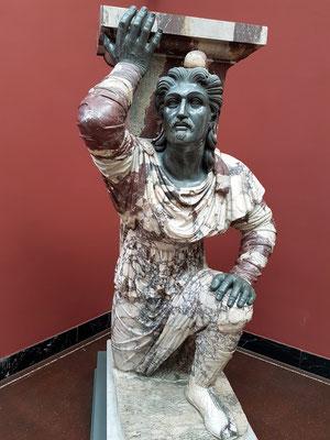 Knieender Barbar, Rom, ca. 20 BC. Die farbigen Hosen und die phrygische Kappe sind Hinweis auf einen Orientalen.