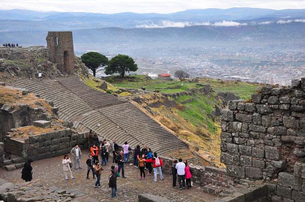 Blick von der Akropolis zum Hangtheater