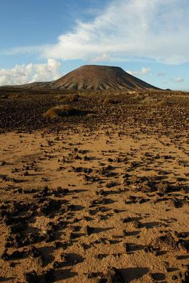 Halbwüste und der zerrachelte Vulkan Montaña Roja, Blick nach N