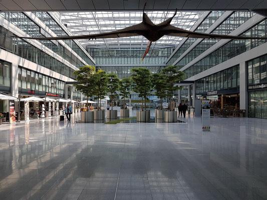 """Frankfurt Flughafen Fernbahnhof, """"The Squaire"""", Westflügel mit Büroräumen, Gastronomie und Einzelhandel (2011 fertiggestellt)"""