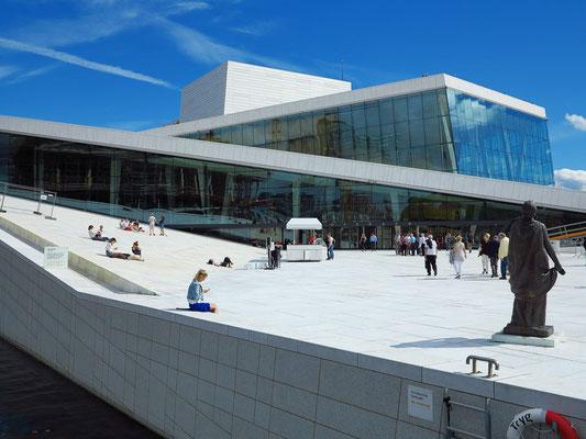 Skulptur der berühmten norwegischen Opernsängerin Kirsten Flagstad (rechts)