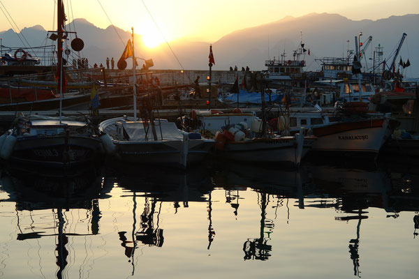 Hafen von Antalya bei Sonnenuntergang