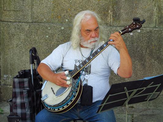 Straßenmusiker vor der Kathedrale von Porto