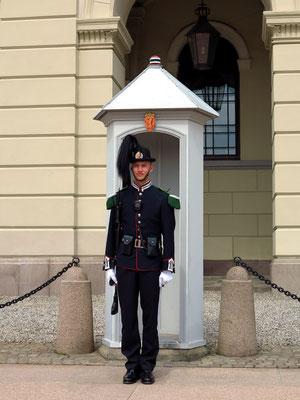 Wache vor dem Königlichen Schloss Oslo