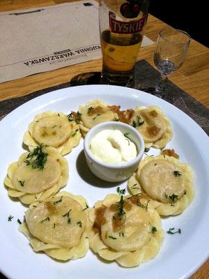 Rynek Starego Miasta, im Keller-Restaurant: Gefüllte Teigtaschen, Wodka und polnisches Bier