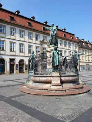 Maximiliansbrunnen auf dem Maximiliansplatz; König Max I. Joseph steht auf dem Hauptbrunnenpfeiler, flankiert von vier für die Stadt Bamberg bedeutenden Persönlichkeiten