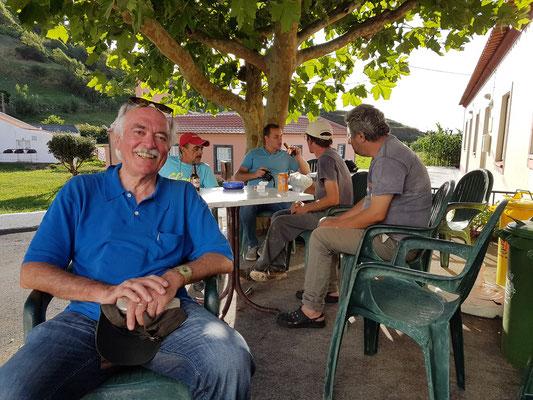 Bernd.Th in der Bar von Fajãzinha
