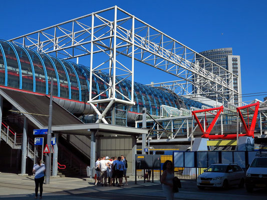 Bahnhof Amsterdam Sloterdijk, Blick von der Stadtbahn-Haltestelle der Linie 12