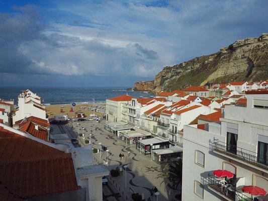 Nazaré. Blick vom Hotel Maré (Frühstücksraum im 7. Geschoss) zum Kliff