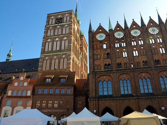 Blick vom Alten Markt auf die Nikolaikirche und das Rathaus