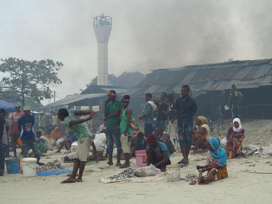 Bagamoyo, Fischmarkt am Strand