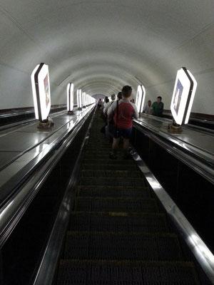 Metro-Station Arsenalna, zwei Rolltreppen führen in 100 Meter Tiefe