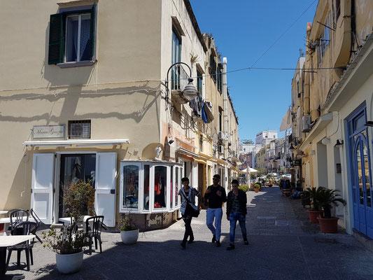 """Blick nach Osten in die Via Roma, im Hintergrund die renommierte Seefahrerschule (Istituto Superiore """"Caracciolo - da Procida"""")"""