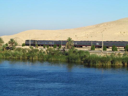 Schnellzug von Assuan nach Kairo am rechten Nilufer