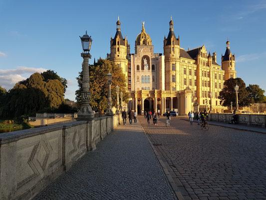Schweriner Schloss bei Sonnenuntergang