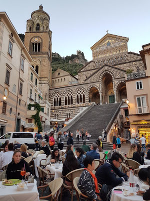 Kathedrale von Amalfi zu Beginn der Dämmerung