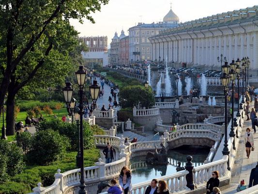 Wasserspiele und Wege zum Flanieren, rechts im Hintergrund die Manege (Haus für Mode- und Kunstausstellungen)