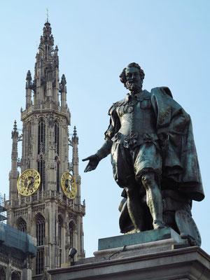 Statue von Peter Paul Rubens auf dem Groenplaats, dahinter der Turm der Liebfrauenkathedrale