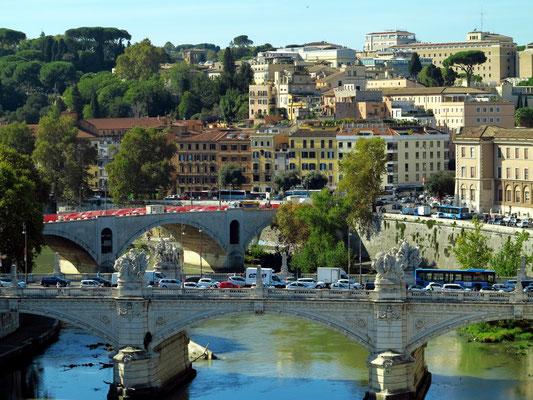 Blick von der Engelsburg zum Tiber mit der Ponte Vittorio Emanuele II. dahinter die Ponte Principe Amedeo Savoia Aosta