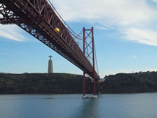 Fahrt unter der Hängebrücke Ponte 25 de Abril, links Cristo Rei, Denkmal und Heiligtum oberhalb der Stadt
