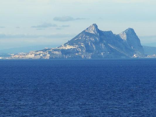 In der Straße von Gibraltar. Der Felsen von Gibraltar, Blick von Bord der AIDAmar um 15:45 Uhr