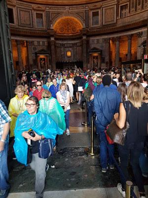 Menschenströme am Eingang und Ausgang des Pantheons