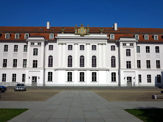 Universitätshauptgebäude im Renaissancestil, 1747-1750. Die barocke Aula gehört zu den schönsten Festsälen im Land.