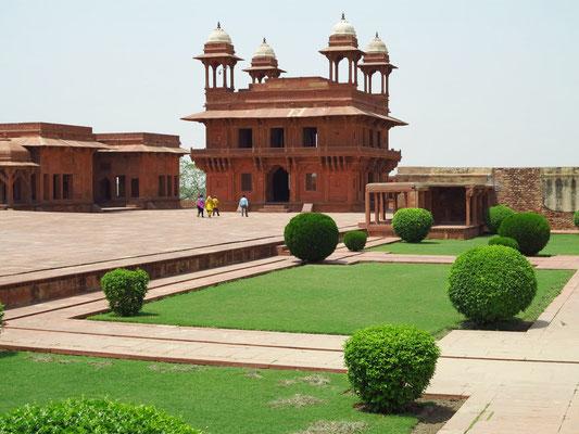 Großer Innenhof mit Gartenanlage und Diwan-i-Khas