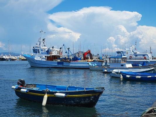 Blick von der Via Roma auf den Fischerhafen von Procida