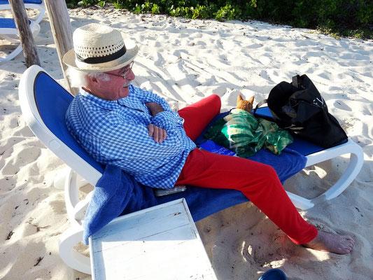 Entspannen im Liegestuhl an der Playa Canon (mit Katze!)