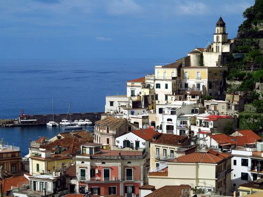 Amalfi. Blick vom Dach der Casa MAO nach Südwesten mit der Bebauung am Berghang
