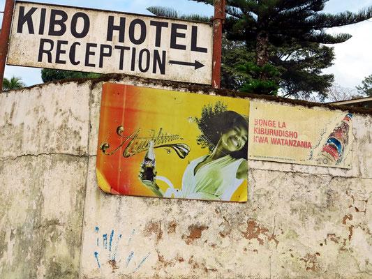 Alte Coca-Cola-Werbung am Eingang zum Hotel Kibo