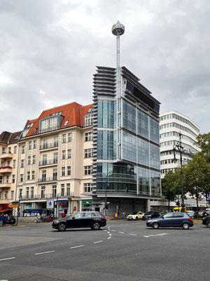 """""""Handtuchhaus"""", schmalstes Haus am Kurfürstendamm 70, das 1992-94 vom renommierten Architekten Helmut Jahn auf einem nur 2,5 Meter breiten Grundstück erbaut wurde"""