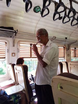 Flötist im Zug nach Aluthgama