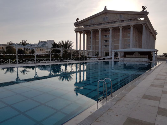 VIP Pool (16+) und Ostseite des Artemis-Hotels
