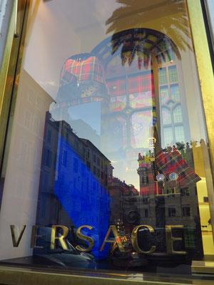 Piazza di Spagna. Versace, Einzelhändler mit Kleidung, Accessoires und Parfum der exklusiven italienischen Marke für Damen und Herren.