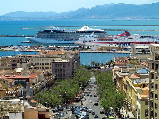 Blick von der Oberstadt Castello auf die Allee Largo Carlo Felice und den Passagierhafen